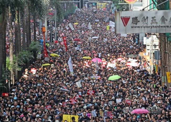 香港泛民主派團體民間人權陣線16日再次舉行反修訂逃犯條例大遊行,大批民眾身穿黑衣走上街頭表訴求。中央社