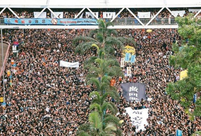 香港民陣16日再度舉行反送中大遊行,破百萬民眾身穿黑衣擠爆街頭。 路透