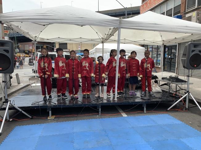孟艺青少年中国音乐合唱团的学员在活动开场为民众带来中国民歌。(记者和钊宇/摄影)