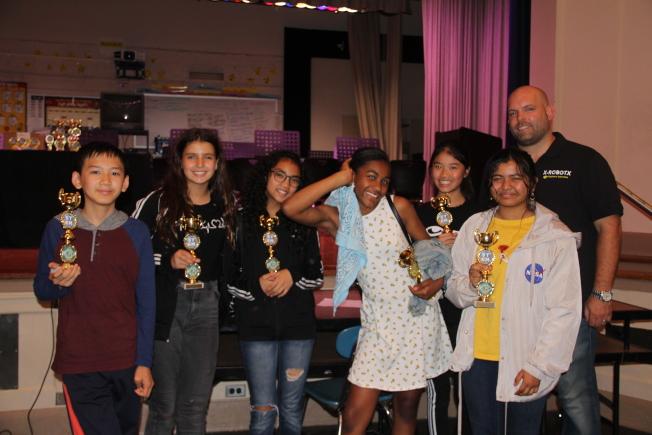 「開拓火星」機器人大賽由「宇宙之星」拿下冠軍,後排右一是Peter Xanthous,右二是Katherine Lee,前排左一是Walter Xu。(記者賴蕙榆/攝影)