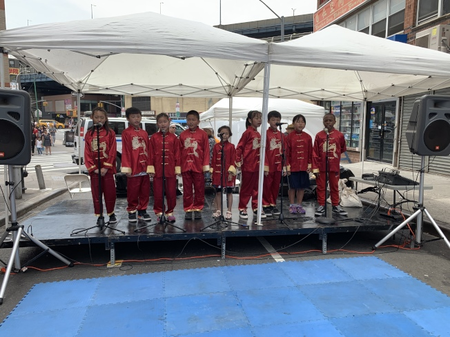 孟藝青少年中國音樂合唱團的學員在活動開場為民眾帶來中國民歌。(記者和釗宇/攝影)
