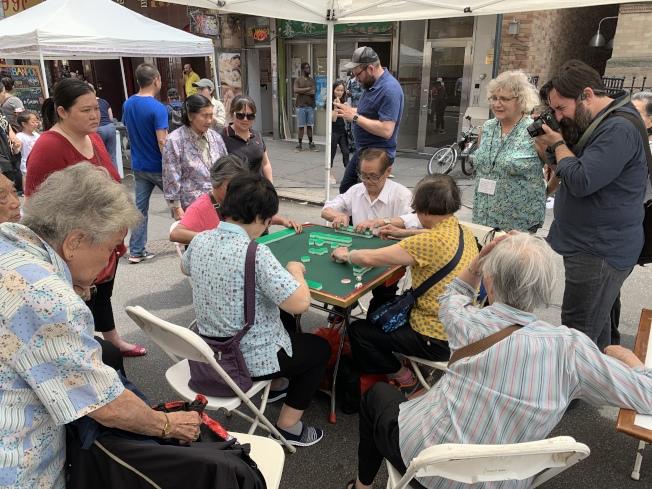 華裔老人的麻將局引起圍觀。(記者和釗宇/攝影)