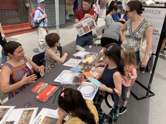 民眾在活動中了解各種各樣的移民文化。(記者和釗宇╱攝影)