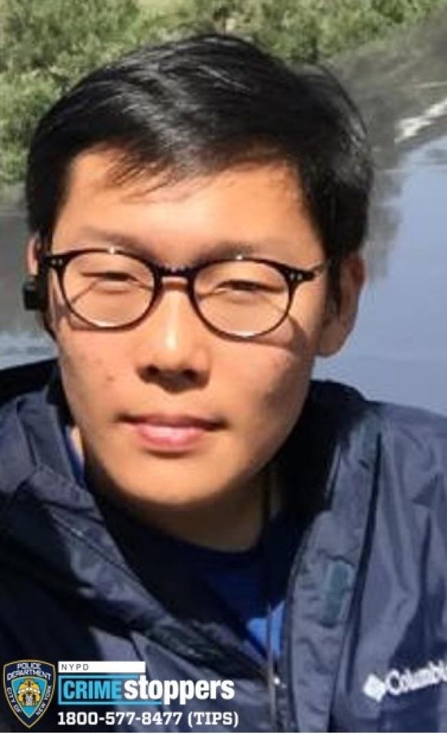 布朗士一名華裔17歲少年失聯三日,警方16日公布其信息,呼籲民眾提供線索。  警方表示,17歲的鐘馬克思(Max Chung,音譯)報住布朗士Henry Hudson Pkwy 2727號的602號公寓,13日下午4時最後一次在住所附近被看到後,與家人失去聯繫至今;家人報警後警方尋找多日,依舊下落不明。  警方表示,鐘馬克思重約180磅、高5呎10吋、黑髮、棕色眼睛,最後被見到時身穿黑色連帽衫,上面印「權力遊戲」標誌;如有任何人發現其下落,請立刻撥打止罪熱線(800)577-TIPS(8477),也可登錄止罪網站www.nypdcrimestoppers.com,或透過手機發消息至274637(CRIMES),然後輸入TIP577,消息來源絕對保密。(圖:警方提供,文:記者黃伊奕)