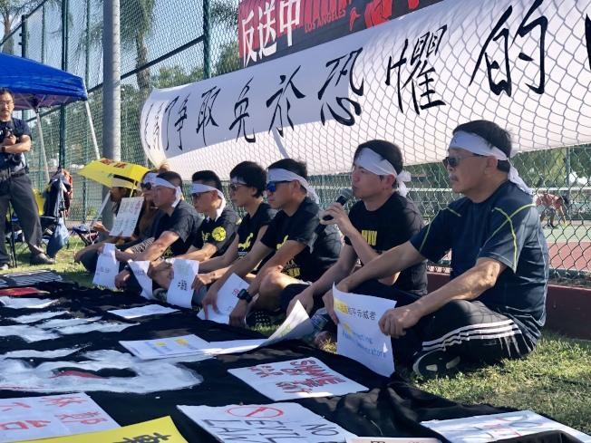 抗議民眾16日在蒙特利公園市巴恩斯公園聲援香港民眾。(本報記者/攝影)