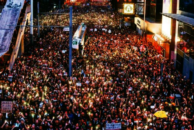 香港反送中大遊行十六日參與人數再破百萬,傍晚群眾點起手機燈光,燈海照亮港島。 特派記者王騰毅/攝影