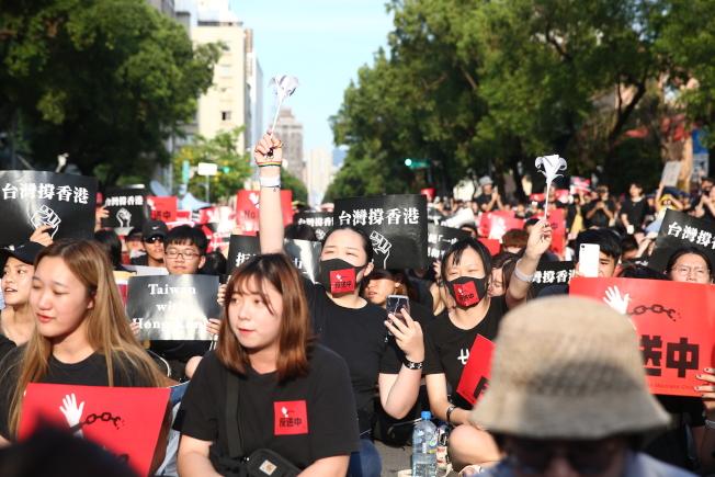 台灣反香港送中條例團體16日於立法院前集會聲援。(記者曾原信/攝影)
