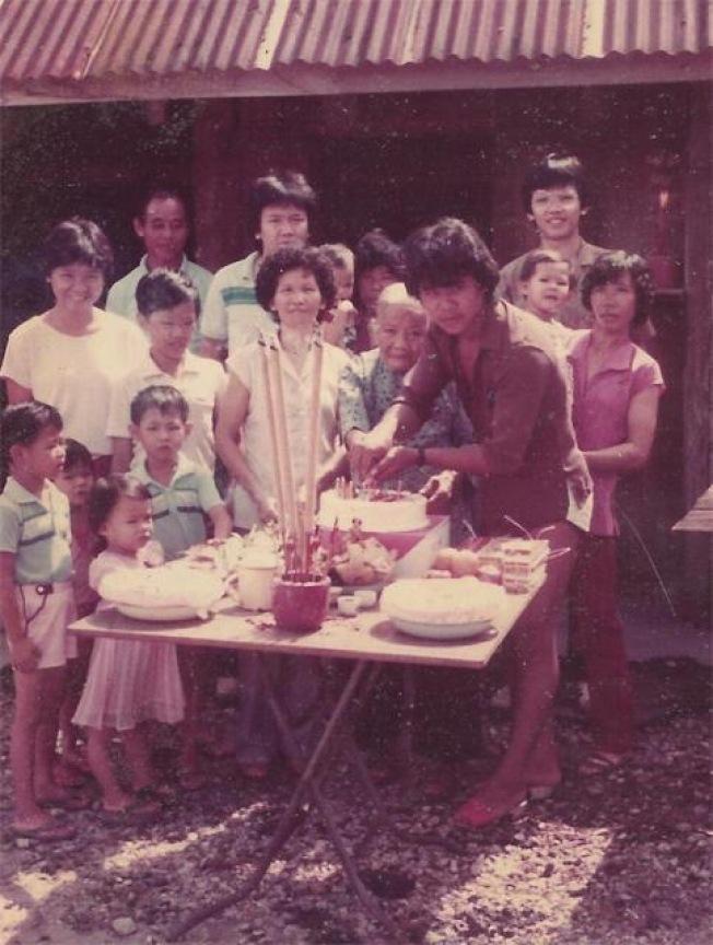 作者跟外婆(前排右二)唯一的合照。