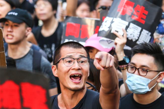 香港特首林鄭月娥宣布「逃犯條例」暫緩修訂但不撤回,16日「反送中」大遊行估計參與人數再度突破百萬人,群眾穿著黑衣上街怒吼「林鄭下台」。(特派記者王騰毅╱/攝影)