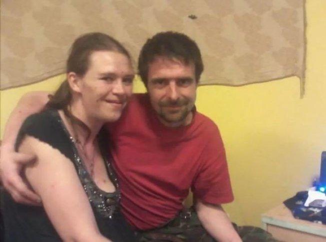 圖左為37歲女子海倫(Helen Hoaken)。圖擷自Helen Hoaken 臉書