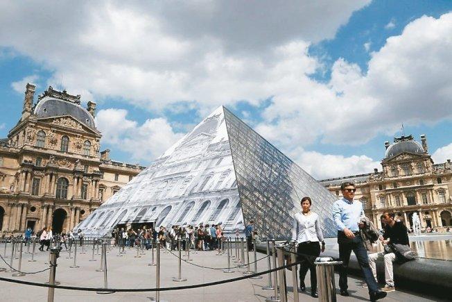 「過度旅遊」問題備受關注,今年5月底法國羅浮宮員工因受不了旅客過多而罷工,關閉一天。 (本報系資料庫)