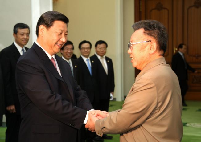 圖為習近平2008年時任中國國家副主席時,訪問平壤與當時北韓最高領導人金正日握手寒暄畫面。新華社