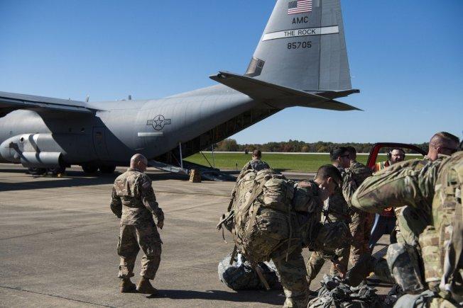 美國17日宣布,將加派1000名美軍和更多軍事資源到中東地區。圖為支援美墨邊界部署任務的美軍登機檔案照。美聯社