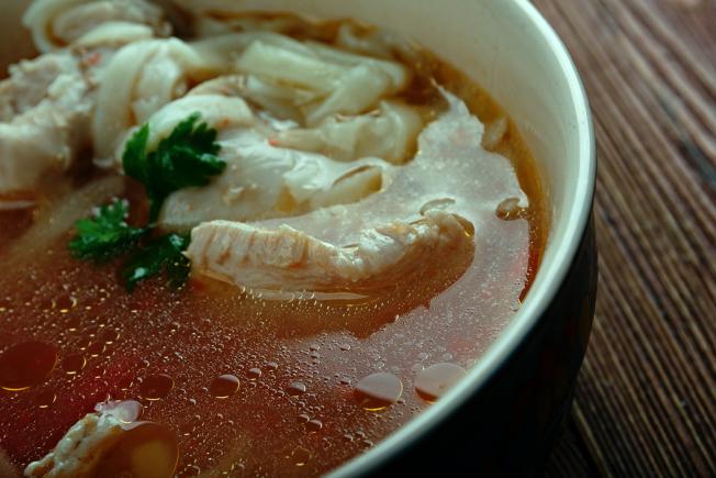 當你感冒的時候,一碗雞湯可以舒緩不適的症狀。 圖/ingimage