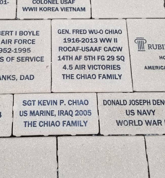 曾任抗日戰爭期間飛虎隊中美混合聯隊飛行員的喬無遏,與2005年曾赴伊拉克作戰的孫子喬寶靖,均列名桃樹角公園的退伍軍人紀念磚。(喬為智提供)