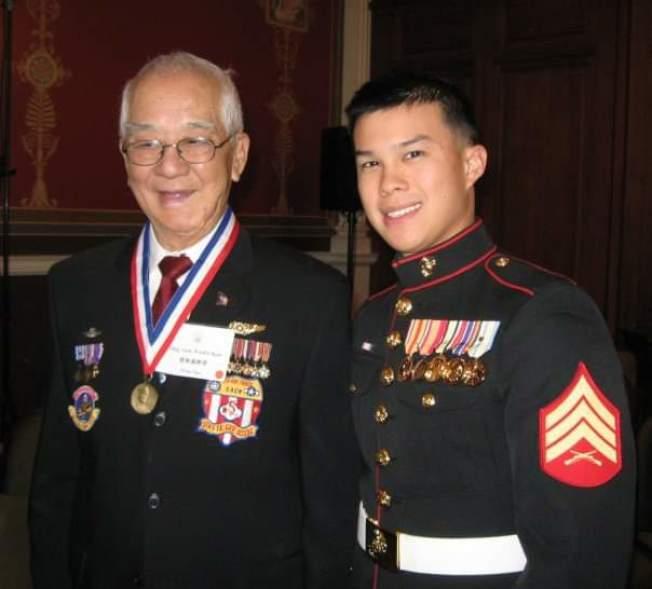 喬無遏(左)於2009年應邀於美國國會圖書館演講時,與孫子喬寶靖合影。(喬為智提供)