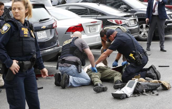 一個全副武裝的蒙面男子17日在達拉斯市中心的聯邦法院外開火,但他還沒有對任何人造成傷害,就被趕到的警員擊斃。(美聯社)