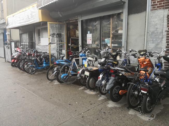 華裔經營的電動車修車店發生多次盜車抓現行。(記者黃伊奕╱攝影)