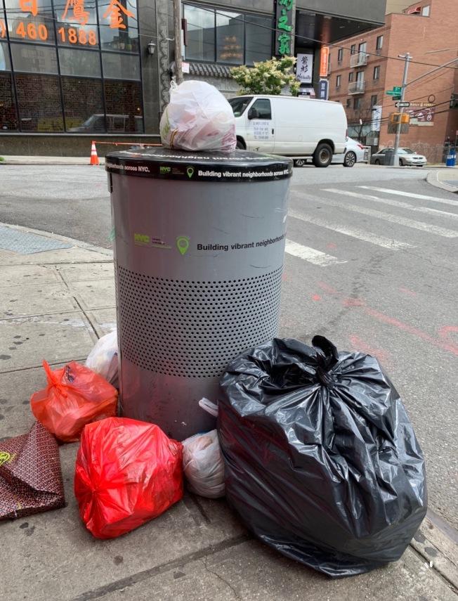 王子街的三個公共垃圾桶常被丟棄住家及商業垃圾,鄰近商家擔憂被市府開罰。(記者賴蕙榆╱攝影)