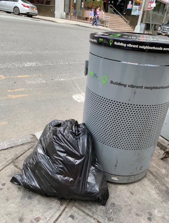 王子街的三個公共垃圾桶常被丟棄住家及商業垃圾,鄰近商家擔憂被市府開罰。(記者賴蕙榆/攝影)