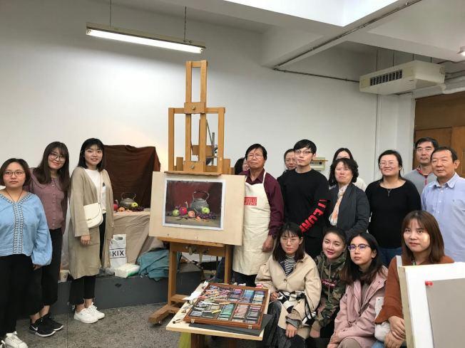 2018年應邀赴北京粉畫研究會,示範示靜物寫生。(主辦單位提供)