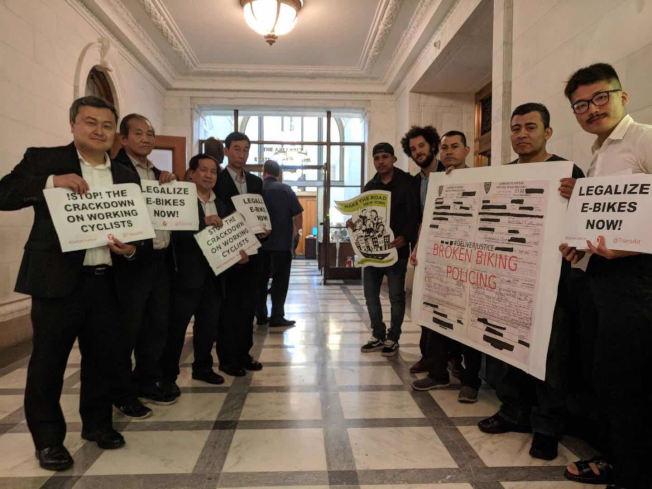 「外送正義聯盟」與「自行車公共項目」成員17日在州府呼籲通過法案。(讀者提供)
