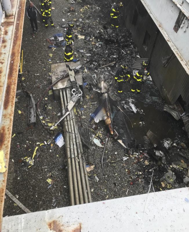 一架直升機10日墜毀曼哈頓辦公大樓頂樓,駕駛當場死亡,突顯維護紐約空域安全問題。(美聯社)