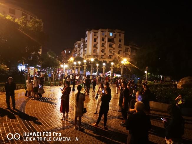 在長寧縣城,震後人們來到安全地帶。(新華社)