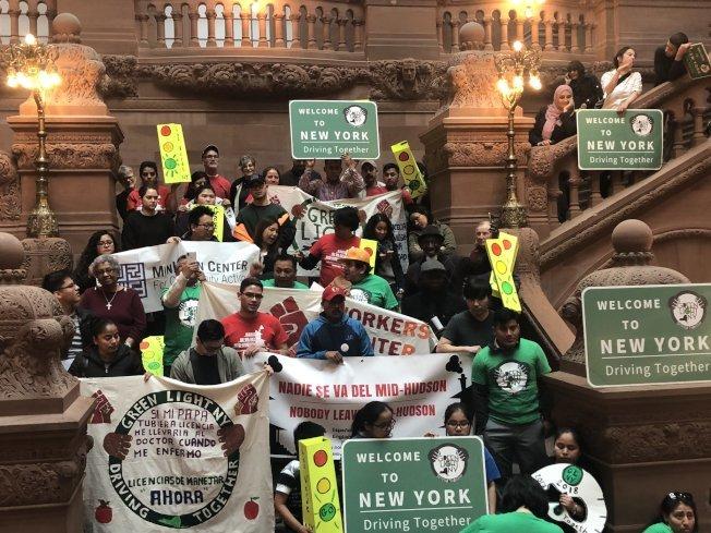紐約州參議會17日以33票對29票通過「綠燈紐約法案」,讓紐約州成為全美允許無證移民獲得駕照的第13個州。(本報檔案照)