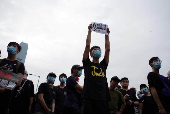 洛杉磯時報分析認為,香港已發展出一種全新的社運模式,即「沒有領袖、群眾自發參與」。(路透)