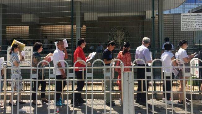 美國簽證政策趨嚴,也是2019年暑期中國學生赴美遊學人數減少的原因之一。圖為在駐北京美國駐華大使館外排隊的中國民眾。(BBC網站)