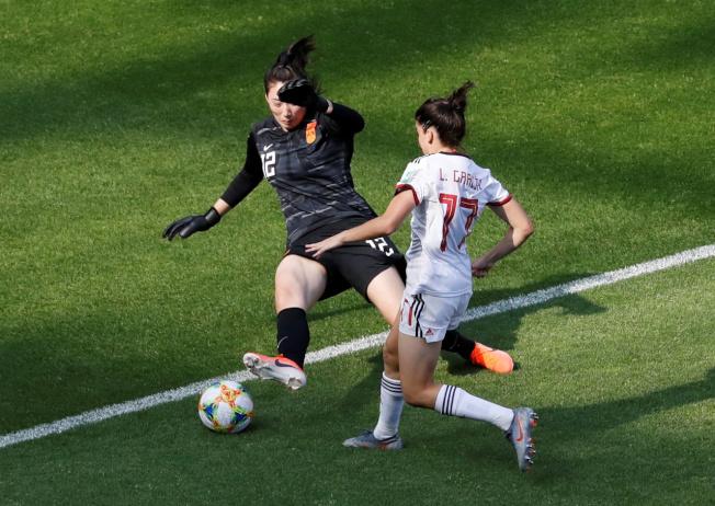彭詩夢(左)出色的防守表現,獲選該場比賽最佳球員。(路透)