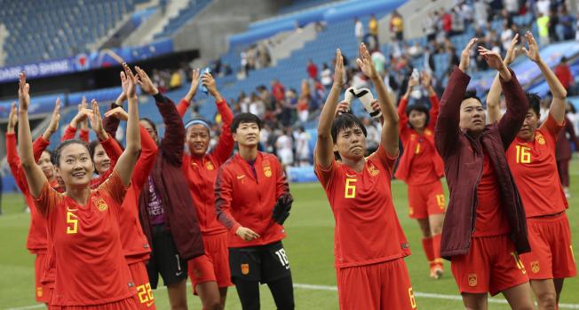 中國女足以小組第3晉級16強賽,球員們賽後向場邊加油的觀眾致意。(美聯社)