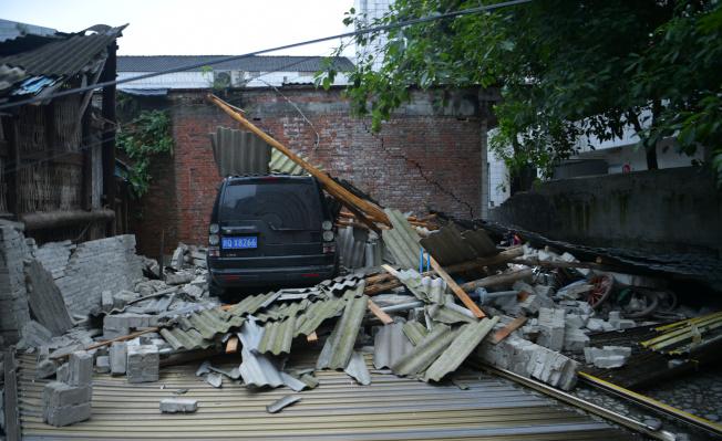 6月18日,四川長寧,雙河鎮老街垮塌的廢墟下一輛受損的小車。(中新社)