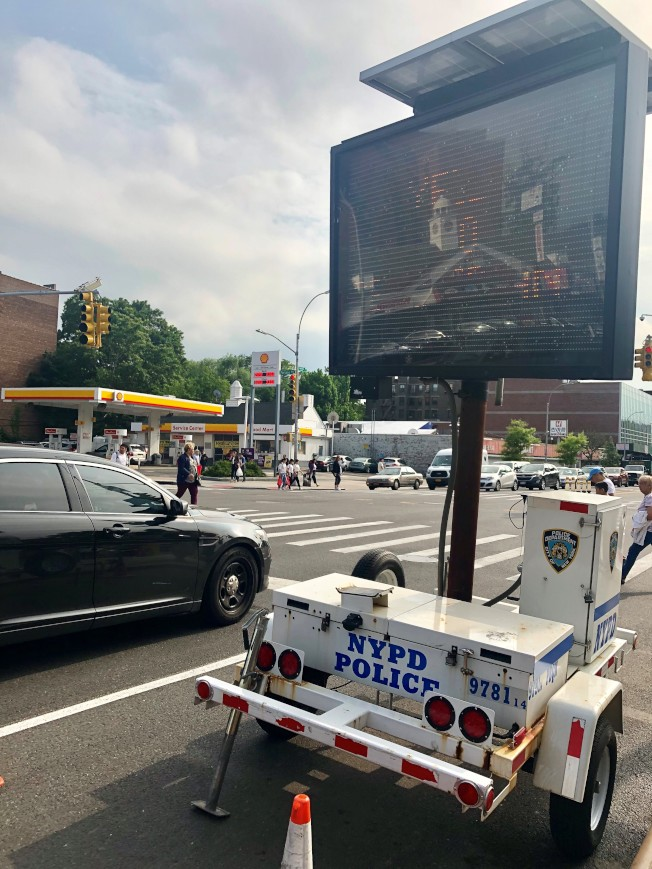法拉盛多個路口放置了提醒安全駕駛的電子指示牌。(記者朱蕾/攝影)