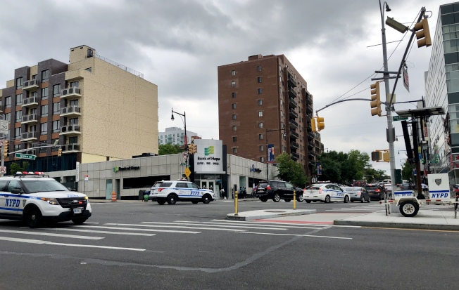 「零死亡願景」嚴厲執法行動首日,法拉盛街頭的警車明顯增多。(記者朱蕾/攝影)