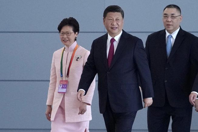 習近平(中)2018年10月出席港澳珠大橋通車儀式,左為香港特首林鄭月娥。(路透)