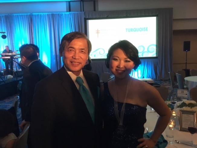 梁倪甄(右)醫師獲得美國肺臟協會兩項殊榮,與父親梁義大(左)合影。(北美洲台灣鄉親聯誼會提供)