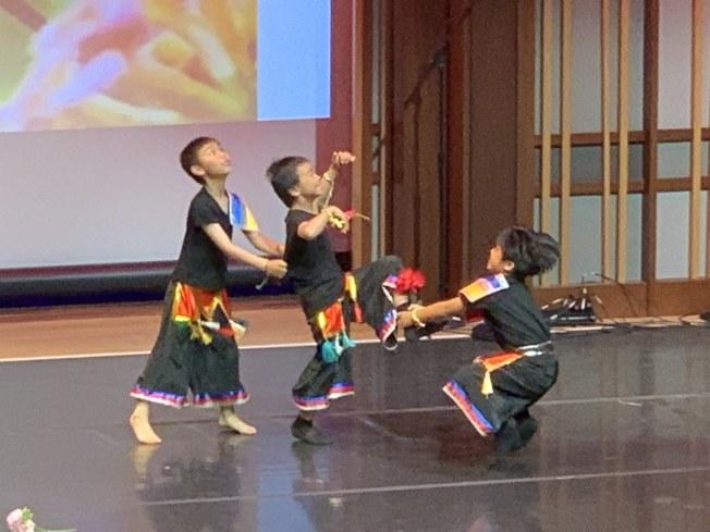 彝族舞「四弦-小伙-馬纓花」俏麗可愛,充滿故事情節的舞蹈,格外生動有趣。(記者陳良玨╱攝影)
