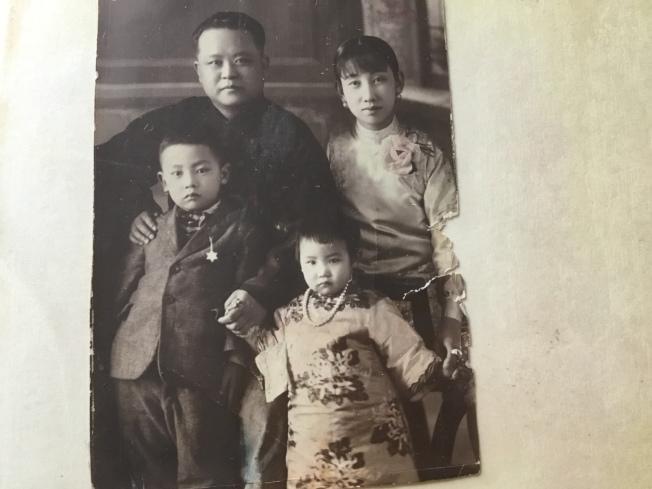 作者幼時與父母親的合照。