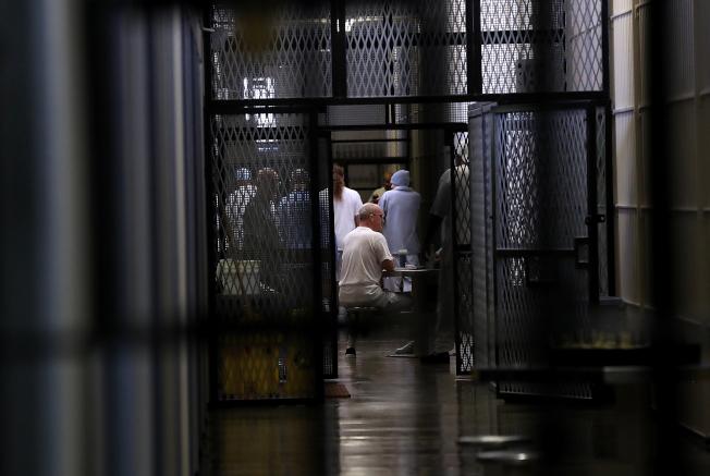 被判處死刑的囚犯坐在加州聖昆汀監獄內的死囚區。(Getty Images)