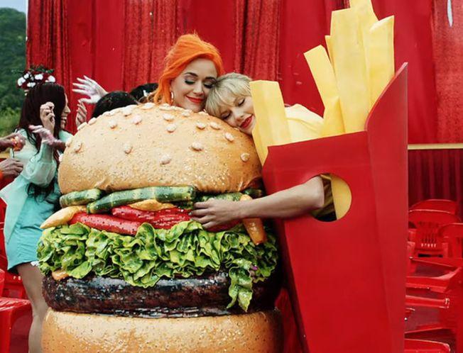 泰勒絲(右)日前和凱蒂佩芮大和解,接著又在MV中扮起漢堡與薯條。(圖:環球唱片提供)