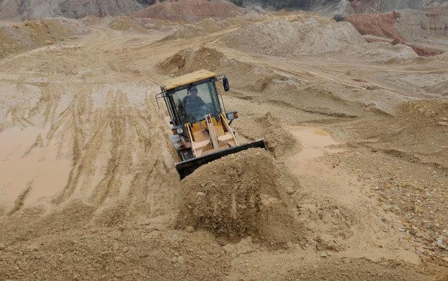 圖為中國江西省南城縣的一處露天開採的稀土礦。(路透)