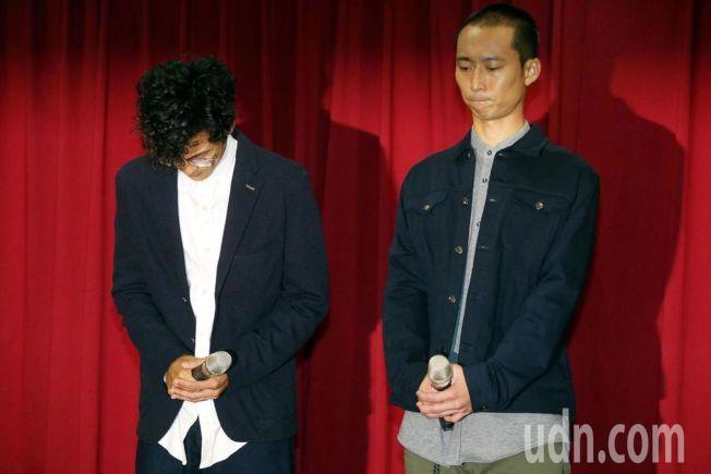 「浩角翔起」合體在公司時代創藝主導下合體,出面開記者會,阿翔(左)在浩子陪同下,一起向大眾及家人道歉。(記者林俊良/攝影)