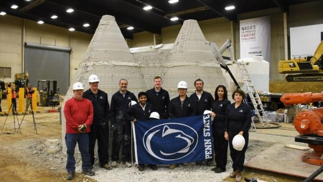 賓州州大團隊以圓筒基地打造比鄰且相通的雙圓頂空間,利用3D列印機器手臂增加多層的片狀混凝土,由外而內直到包覆此空間成為完全密閉的建築。(取材自賓州州大)