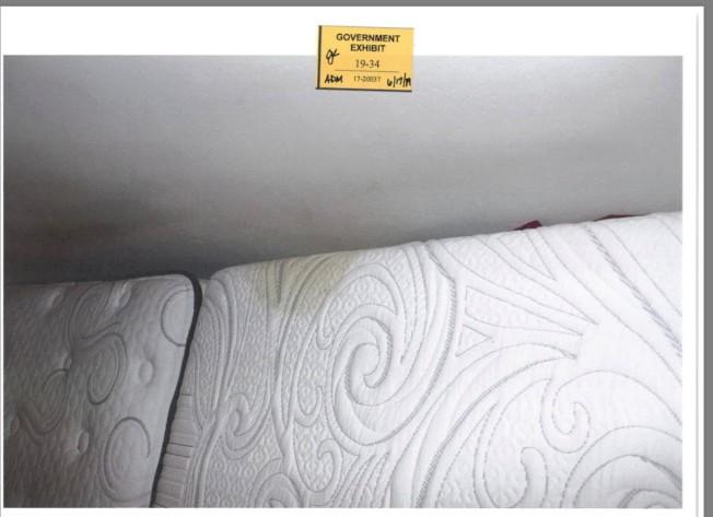 探員在被告床墊上發現疑似血跡。(聯邦檢察官辦公室)
