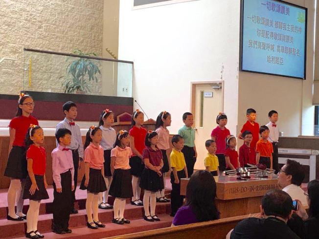 位於帕西派尼的主恩堂16日慶祝父親節主日崇拜,250多人參加。兒童詩班18名小朋友以活潑嘹亮的歌聲合唱「一切歌頌讚美」獻給父親們,祝他們父親節快樂!  于慕潔牧師證道時勉勵父親們要以身作則,以聖經的原則教導孩子,使他們一生走在神的道路上,得到神的帶領和祝福。每位父親也得到一張精美的卡片禮物。(圖與文:主恩堂提供)
