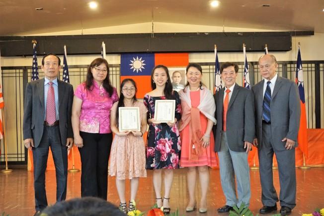 中華會館主席黃于紋(右三)等人,向中華學校畢業生黃俏君(左三)與趙沛雯(左四)祝賀。(中華學校提供)