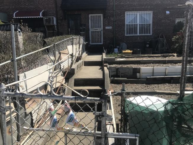 林大河涉嫌在Suydam街1724號住宅後院殺死兒媳,圖為該住宅前院。(本報檔案照)