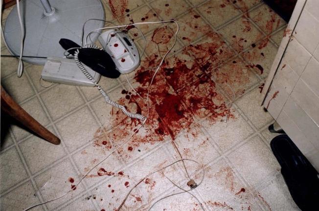 案發現場照片,死者身旁滿地血跡。(曼哈頓地區檢察官辦公室提供)